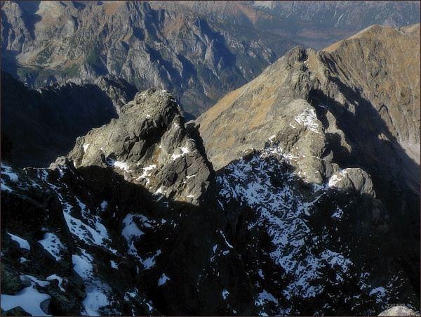 Javorový hrebeň z Malého Javorového štítu. V popředí Zadná Javorová veža, další věže v zákrytu, mírně vpravo výraznější Predná Javorová veža