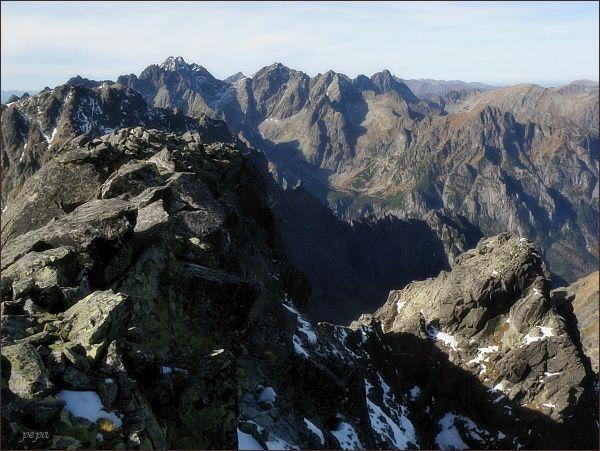 Pohled z Malého Javorového štítu k západu. Na horizontu zleva Koruna Vysokej, Rysy, Malé Rysy, Mengusovské štíty