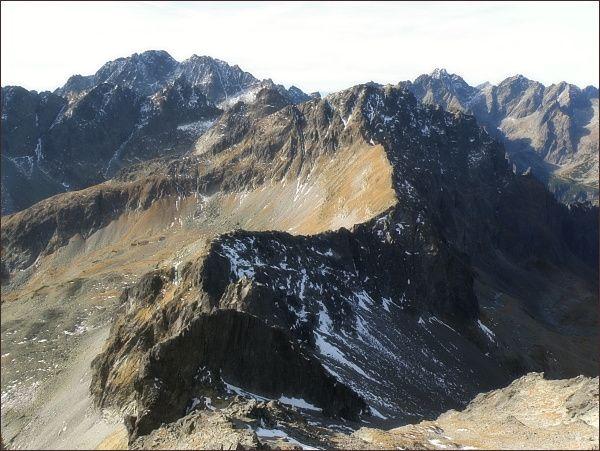 Úsek hl. hřebene Vysokých Tatier mezi Malým Javorovým štítom a Svišťovým štítom. Nejblíže sedlo Malý Závrat a Kresaný roh