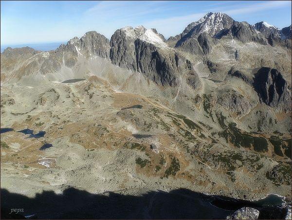 Veľká Studená dolina z Východnej Slavkovskej veže. Uprostřed Javorové štíty, vpravo Ľadové štíty