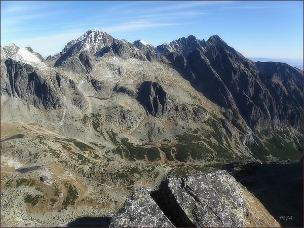 Pohled z Východnej Slavkovskej veže k severovýchodu. Uprostřed Ľadové štíty, vpravo Pyšné štíty a Lomnický štít (před ním Prostredný hrot)