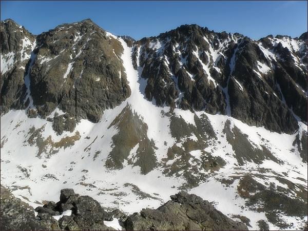 Slavkovské sedlo z Velickej kopy. Vlevo Prostredná a Vých. Slavkovská veža, vpravo Vareškový hrebeň