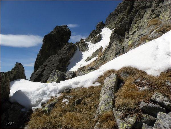 Výstupová cesta vede od nakloněného skalního bloku