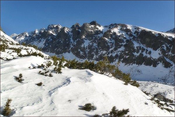 Velické Granáty nad Velickou dolinou. Uprostřed Velická stena, vlevo Granátová a Opálová stena