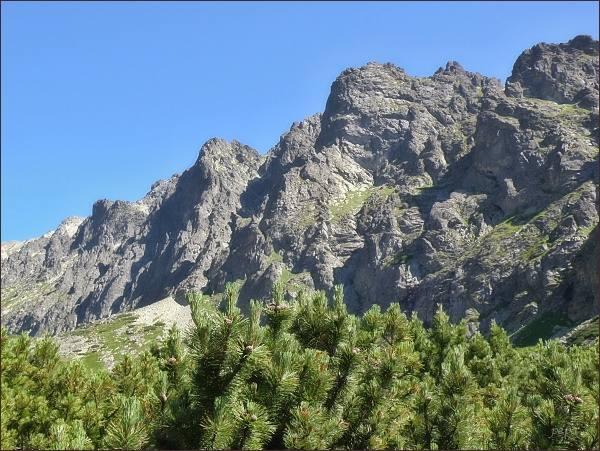 Tři předsunuté stěny Velických Granátov. ZpravaVelická, Granátová a Opálová