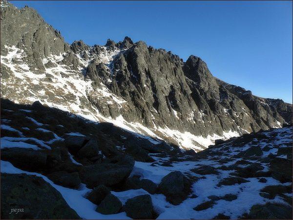 Velická stena (mírně vpravo) od  Guľatého kopca