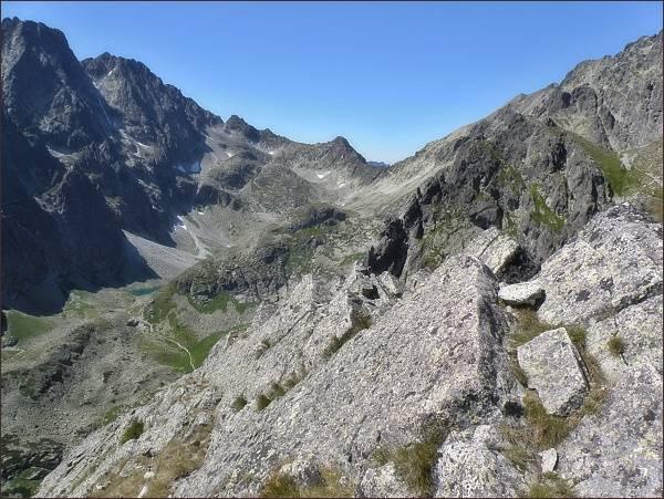 Velická dolina z Velickej steny. V závěru doliny Velický štít, vlevo Litvorový štít a Zadný Gerlach. Uprostřed vpravo vrchol Granátovej steny