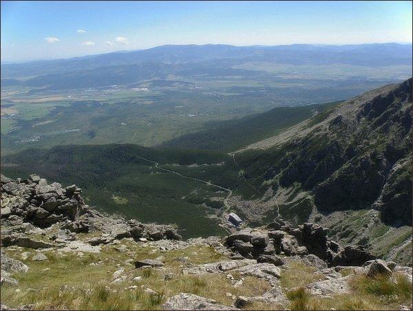 Ústí Velickej doliny z Velickej steny. Na horizontu Nízke Tatry, Kráľova hoľa