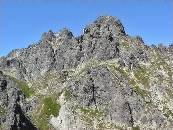 Veľká Granátová veža (uprostřed) z Velickej steny. Vlevo masív Bradavice