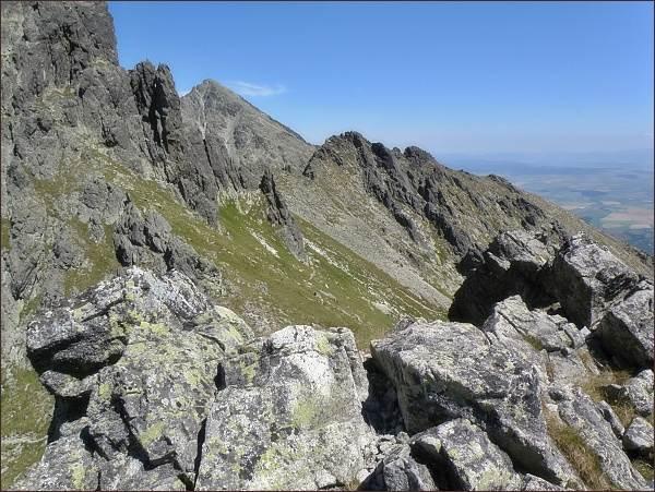 Sedlo pod Dvojitou vežou a Velická kopa z Velickej steny. Na zadním horizontu Slavkovský štít