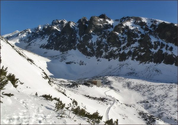 Velické Granáty. Vpravo Velická kopa, vlevo Bradavica. Pod vrcholovým masívem tři předsunuté stěny (zprava Velická, Granátová, Opálová)