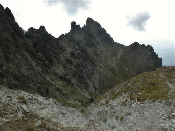 Veľká Granátová veža nad Granátovou lávkou. Vlevo od ní Malá Granátová veža, Horná Granátová štrbina a Granátový roh