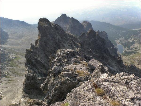 Velické Granáty z Bradavice. Nejblíže Rohatá veža, níže od ní vpravo Opálová veža. Dále uprostřed Veľká Granátová veža , za ní Dvojitá veža. Vpravo od Veľkej Granátovej veže Granátová stena, vpravo od Dvojitej veže Velická stena
