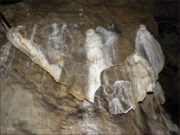 Jemné povlaky sintru na stěnách v Hadici