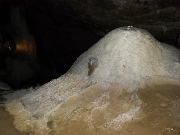 Ochozská jeskyně. Krasová výzdoba v Hlavních dómech: Říp