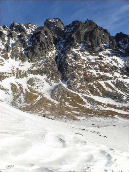 Opálová stena. Vlevo Kvetnicový žlab, v jeho horní části vlevo Bradavica, vpravo Rohatá veža