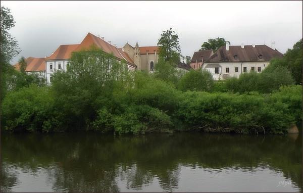 Klášter Zlatá Koruna. Pohled od řeky Vltavy