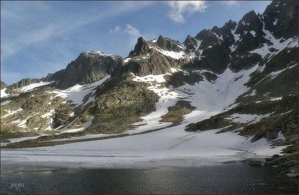 Malá Studená dolina, Mačací kotol. Vlevo Baranie rohy a Baranie sedlo