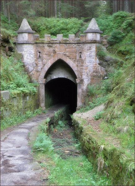 Horní portál tunelu na Schwarzenberském plavebním kanálu