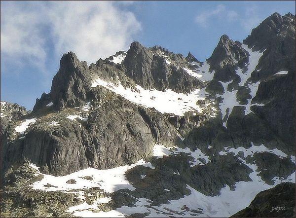 Spišská ihla (na hřebeni mírně vpravo) z Kotliny Piatich Spišských plies