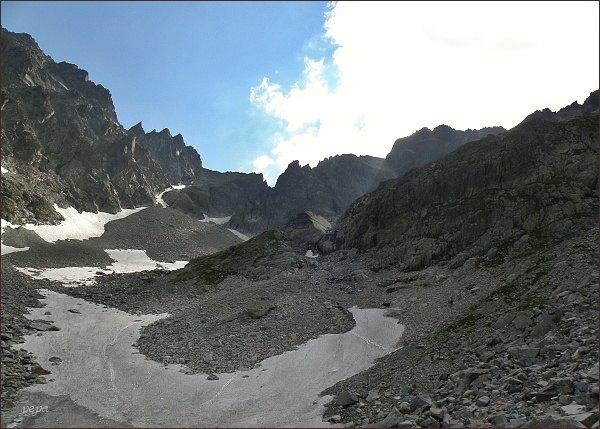 Spišská ihla nad Veľkou Zmrzlou dolinou (vlevo, na levé straně zubatého hřebene Spišského štítu)