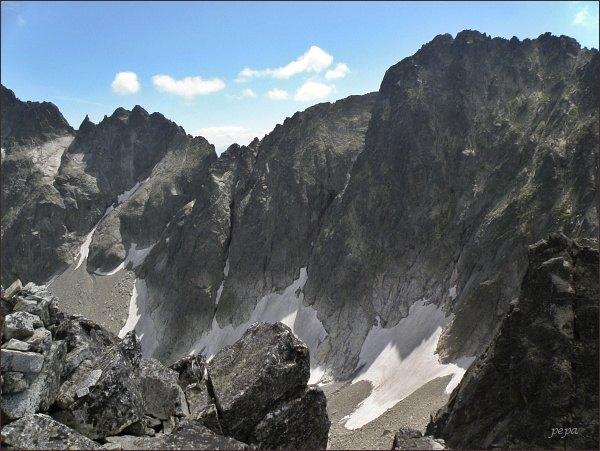 Spišská ihla z Čierneho štítu (vlevo, na levé straně zubatého hřebene Spišského štítu)