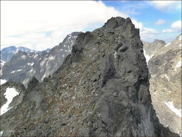 Jihovýchodní vrchol Spišského štítu ze Spišskej ihly. Za ním Malý Ľadový štít, vlevo Gerlachovský štít