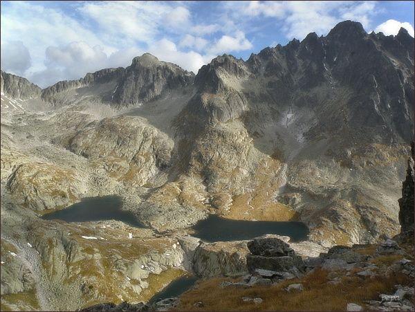 Spišský štít (uprostřed) nad Malou Studenou dolinou. Vlevo od štítu Baranie sedlo a Baranie rohy