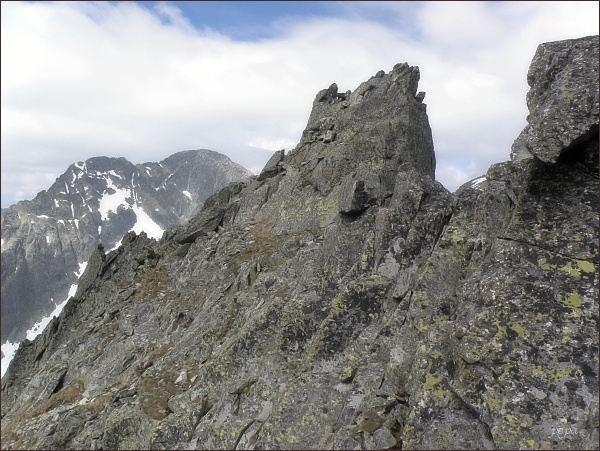 Spišský štít. Uprostřed severozápadní (hlavní) vrchol. Vpravo jihovýchodní