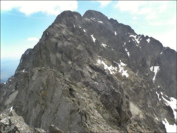 Rozsocha Lomnického štítu ze Spišského štítu.  V popředí JV vrchol Spišského štítu