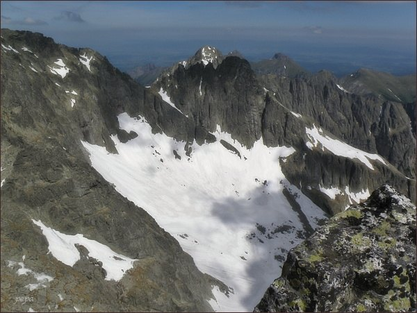 Veľká Zmrzlá dolina ze Spišského štítu. Uprostřed Čierny štít, za ním Kolový štít