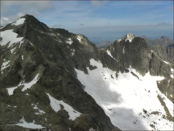 Závěr Veľkej Zmrzlej doliny ze Spišského štítu. Vlevo Baranie rohy, uprostřed Čierny štít
