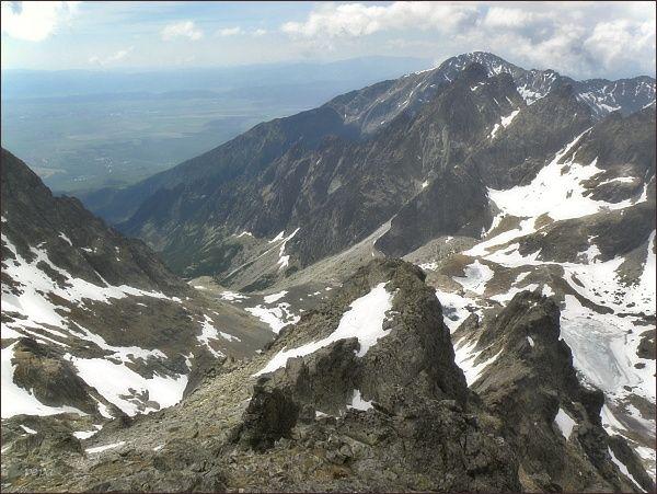 Malá Studená dolina ze Spišského štítu. Nejdále Slavkovský štít. v popředí hřeben Mačacích veží