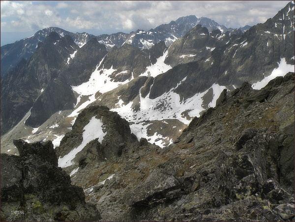 Kotlina Piatich Spišských plies ze Spišského štítu. Uprostřed Prostredný hrebeň, na horizontu Slavkovský štít (vlevo) a  Gerlachovský štít