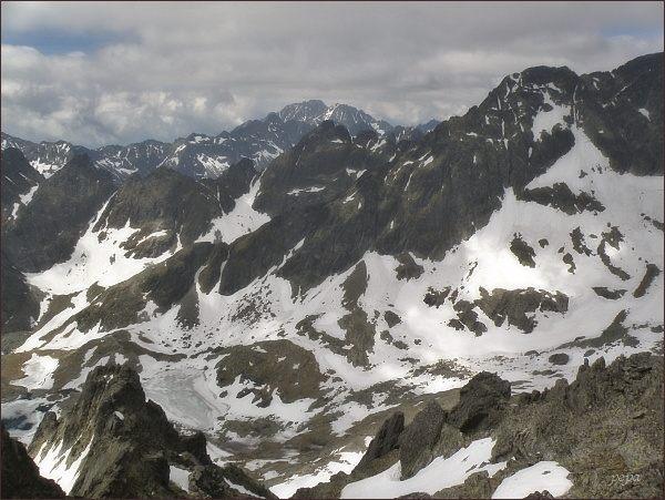 Kotlina Piatich Spišských plies ze Spišského štítu. Uprostřed zprava Malý Ľadový štít, Široká veža, Priečne sedlo a Prostredný hrebeň