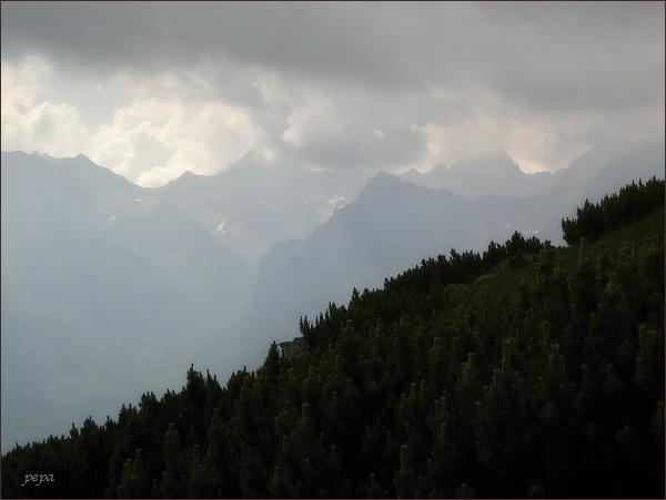 Pohled ze severovýchodního okraje Wołoszyna do Bielovodskej doliny. Uprostřed Mlynár