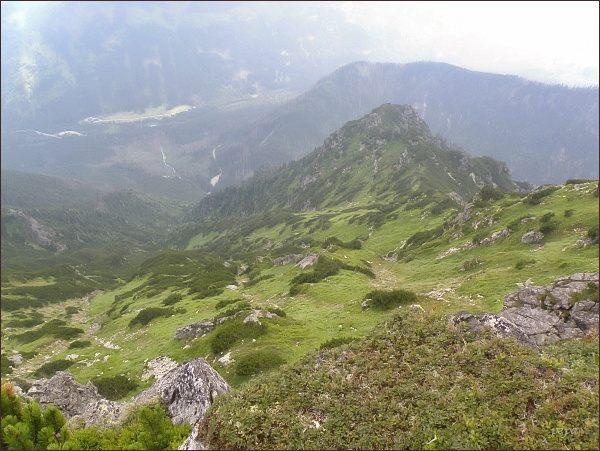 Jihových. hřebínek Wierchu nad Żlebem Zagonnym (Turnia nad Szczotami). Dole horáreň Biela voda