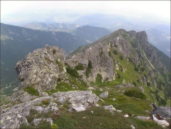 Turnia nad Dziadem z Wierchu nad Żlebem Zagonnym; v popředí Karbik