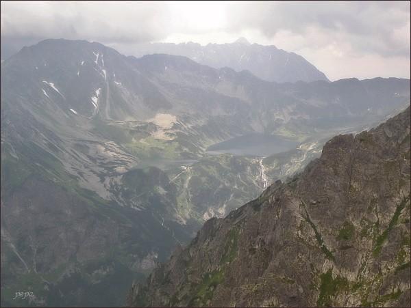 Dolina Pięciu Stawów Polskich ze Skr. Wołoszyna, vlevo  Hrubý štít a Opalone (zcela vlevo)