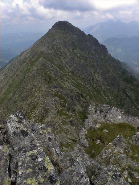 Niżnia Wołoszyńska Przełęcz a Skrajny Wołoszyn. Vpravo na horizontu Belianske Tatry