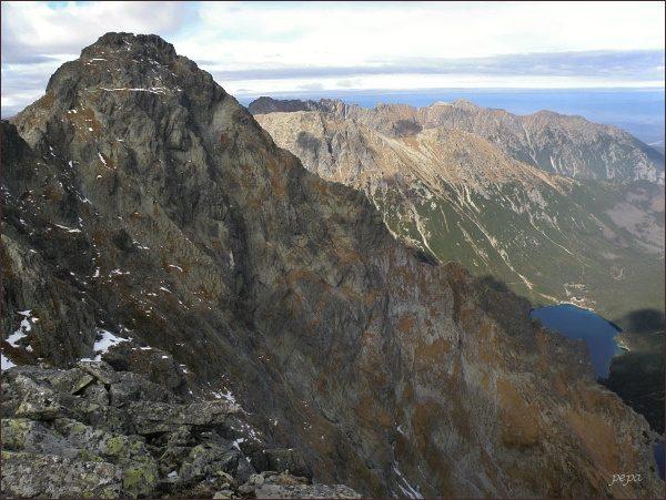 Wołoszyn z Volieho chrbáta (třetí horizont, hřeben táhnoucí se od pravého okraje do středu: Krzyżne)