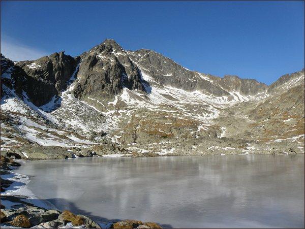 Snehový štít (vpravo) od Spišských plies. Uprostřed Ľadové štíty