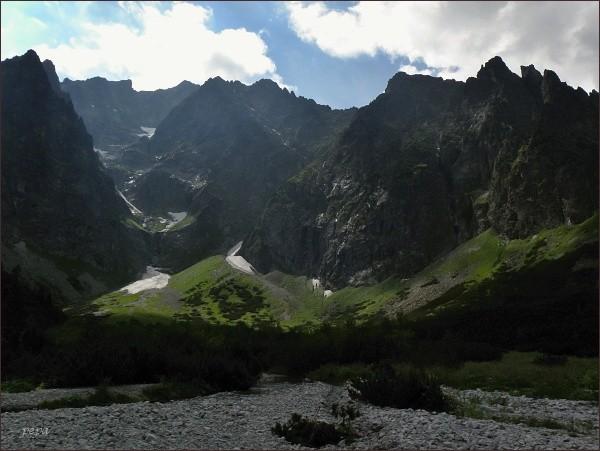 Ľadová dolinka (vlevo), nad ní Snehový štít. Vpravo Ľadové veže