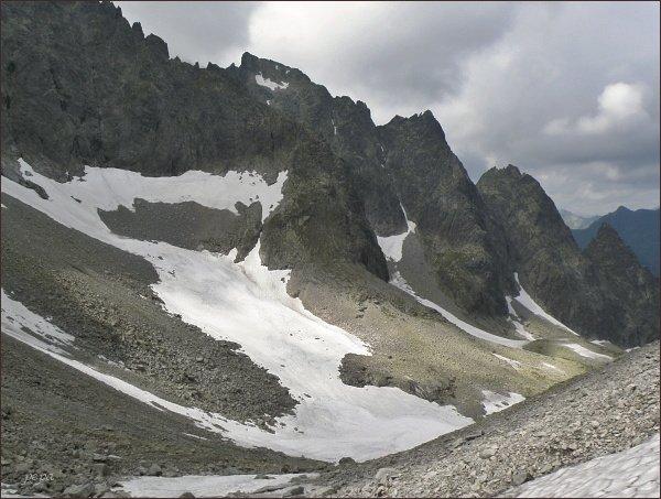 Snehový štít (Snehová strážnica) z horního patra Čiernej Javorovej doliny. Vpravo Snehové veže