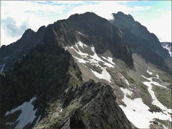 Baranie rohy ze Snehového štítu. Vpravo Pyšné štíty a Lomnický štít
