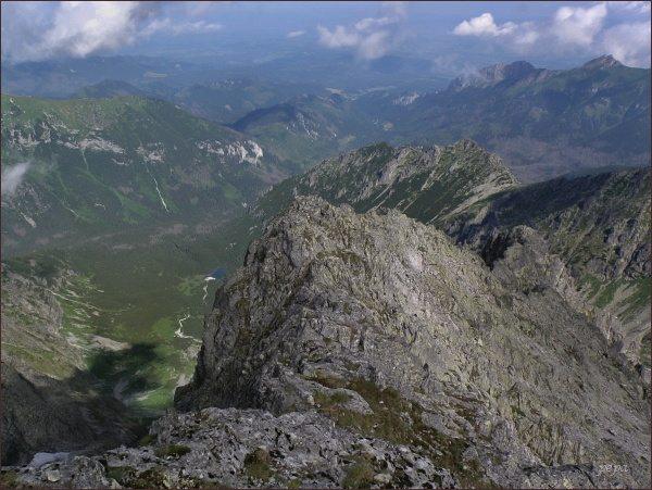 Čierna Javorová dolina ze Snehovej strážnice. V popředí začátek hřebene Snehových veží. Uprostřed Svinka
