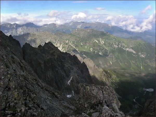 Čierna Javorová dolina (Ľadová dolinka) a Ľadové veže ze Snehovej strážnice. Uprostřed Široká