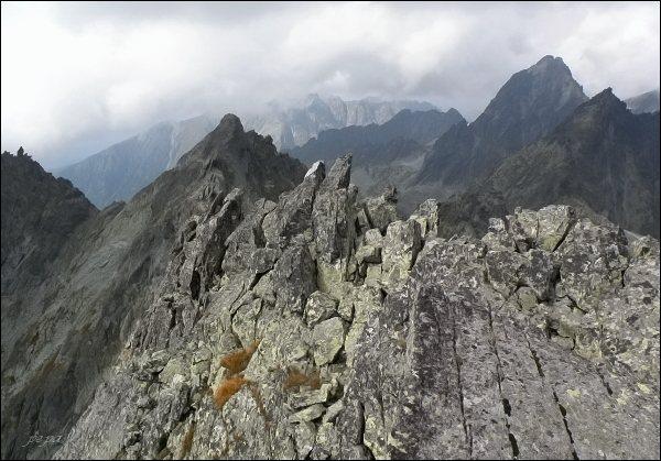 Na Kačacom štíte, pohled k západu. V popředí Popradský Ľadový štít, uprostřed Vysoká a Zlobivá