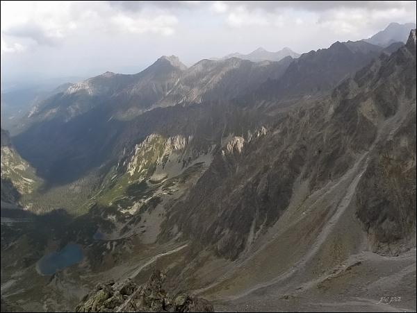 Kačací štít, pohled k severovýchodu. Uprostřed Hrubá veža, nad ní Široká
