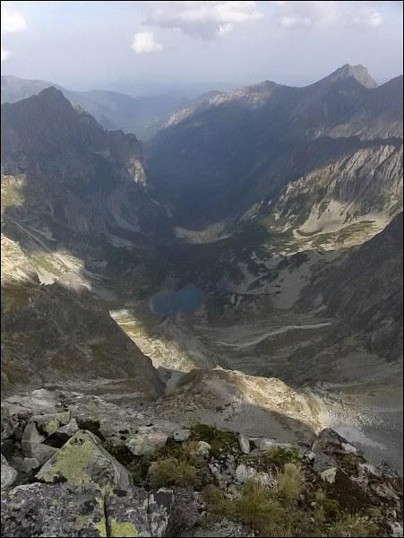 Kačacia a Bielovodská dolina z Kačacieho štítu. Vlevo Mlynár, vpravo Široká